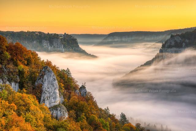Herbst im Donautal   Blick vom Eichfelsen bei Irndorf ins Donautal an einem nebligen Morgen im Herbst. Links im Hintergrund ist Schloss Werenwag zu sehen, welches sich in Privatbesitz befindet.