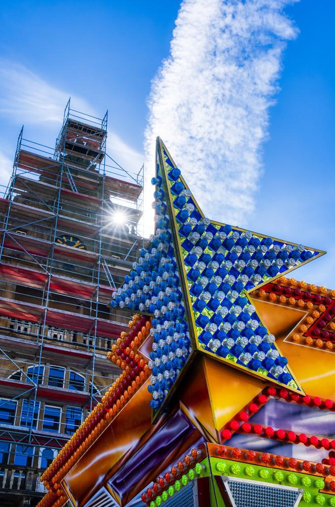 Leinewebermarkt vor dem Rathaus | Dach des Autoscooters auf dem Leinewebermarkt vor dem Rathaus in Bielefeld.