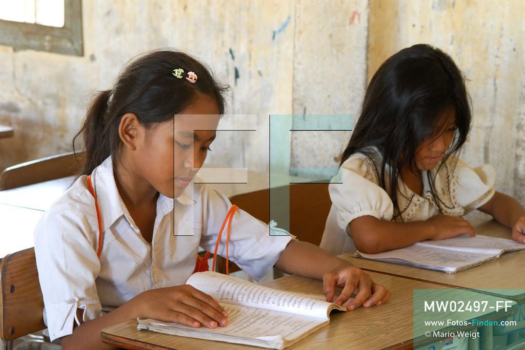 MW02497-FF   Kambodscha   Phnom Penh   Reportage: Apsara-Tanz   Tanzschülerin Sivtoi beim Lesen in der Grundschule. Sie lernt den Apsara-Tanz in einer Tanzschule. Sechs Jahre dauert es mindestens, bis der klassische Apsara-Tanz perfekt beherrscht wird. Kambodschas wichtigstes Kulturgut ist der Apsara-Tanz. Im 12. Jahrhundert gerieten schon die Gottkönige beim Tanz der Himmelsnymphen ins Schwärmen. In zahlreichen Steinreliefs wurden die Apsara-Tänzerinnen in der Tempelanlage Angkor Wat verewigt.   ** Feindaten bitte anfragen bei Mario Weigt Photography, info@asia-stories.com **
