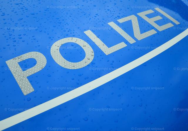 Motorhaube eines Polizeifahrzeugs mit der Aufschrift Polizei | Detail von der Motorhaube eines Streifenwagens mit dem Aufdruck