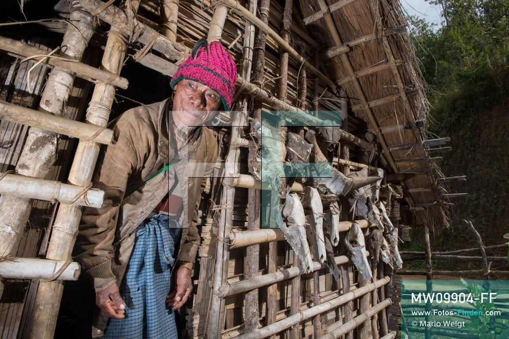 MW09904-FF | Myanmar | Mindat | Reportage: Mindat im Chin State | U Dang Ling, ein ehemaliger Jäger vom Bergvolk der Chin im Dorf Yetha. Bizarre Trophäensammlung mit Schädel von Mithun (Gayal), Büffel, Rehe und Hirsche. Meist wurden die Wildtiere bei schamanischen Ritualen oder besonderen Feierlichkeiten geopfert. Jagd war ein fester Bestandteil im täglichen Leben der Chin-Männer.   ** Feindaten bitte anfragen bei Mario Weigt Photography, info@asia-stories.com **