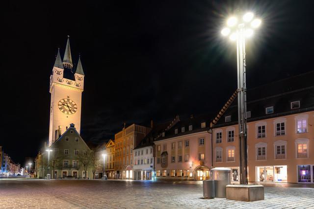 Stadtturm Straubing | Blick auf den Stadtturm Straubing bei Nacht vom Theresienplatz