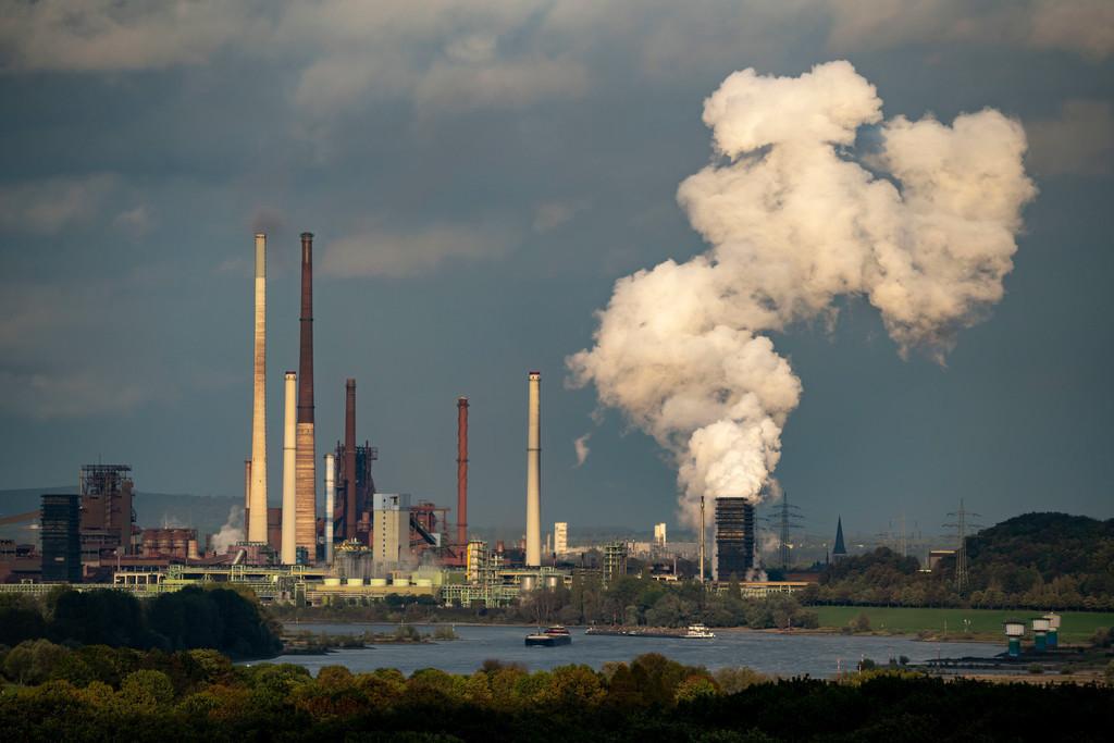 JT-201008   ThyssenKrupp Stahlwerk in Duisburg-Marxloh, Hochofen Schwelgern 1, Schwarzer Riese, Ablöschwolke der Kokerei Schwelgern, Schornstein der Sinteranlage, in Reih und Glied, Fluss Rhein, Duisburg, NRW, Deutschland,