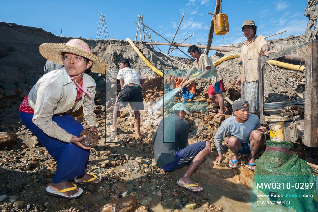 MW0310-0297 | Myanmar | Kachin State | Reportage: Schiffsreise von Bhamo nach Mandalay auf dem Ayeyarwady | Goldsuchercamp am Ayeyarwady  ** Feindaten bitte anfragen bei Mario Weigt Photography, info@asia-stories.com **