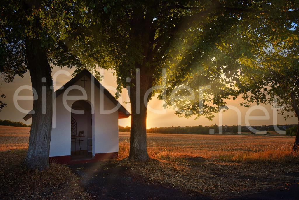 kleine Kapelle in der Abendsonne | ein stimmungsvoller Sonnenuntergang, eine kleine Kapelle im warmen Sonnenlicht, fotografiert bei Bad Bertrich (Ortsteil Kennfus) in der Eifel