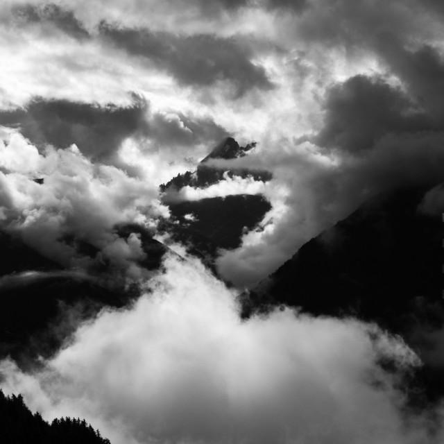 luesen-berge-wolken-sw