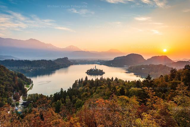 Bleder See in Slowenien   Blick vom Aussichtspunkt Ojstrica auf den Bleder See bei einem herrlichen Sonnenaufgang im Oktober.