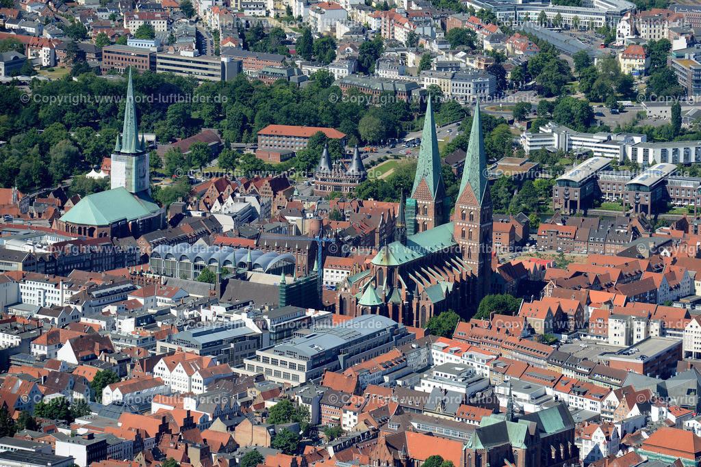 Lübeck_ELS_8599151106 | Lübeck - Aufnahmedatum: 10.06.2015, Aufnahmehoehe: 569 m, Koordinaten: N53°52.513' - E10°43.263', Bildgröße: 5532 x  3692 Pixel - Copyright 2015 by Martin Elsen, Kontakt: Tel.: +49 157 74581206, E-Mail: info@schoenes-foto.de  Schlagwörter;Foto Luftbild,Altstadt,HolstenTor,Kirche,Hanse,Hansestadt,Luftaufnahme,