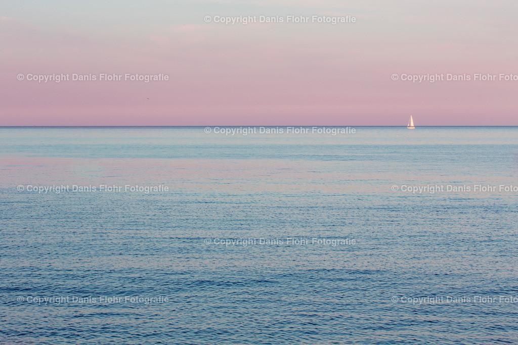 Sailing the Sunset | Einsam segelt ein Segelboot in den Sonnenuntergang