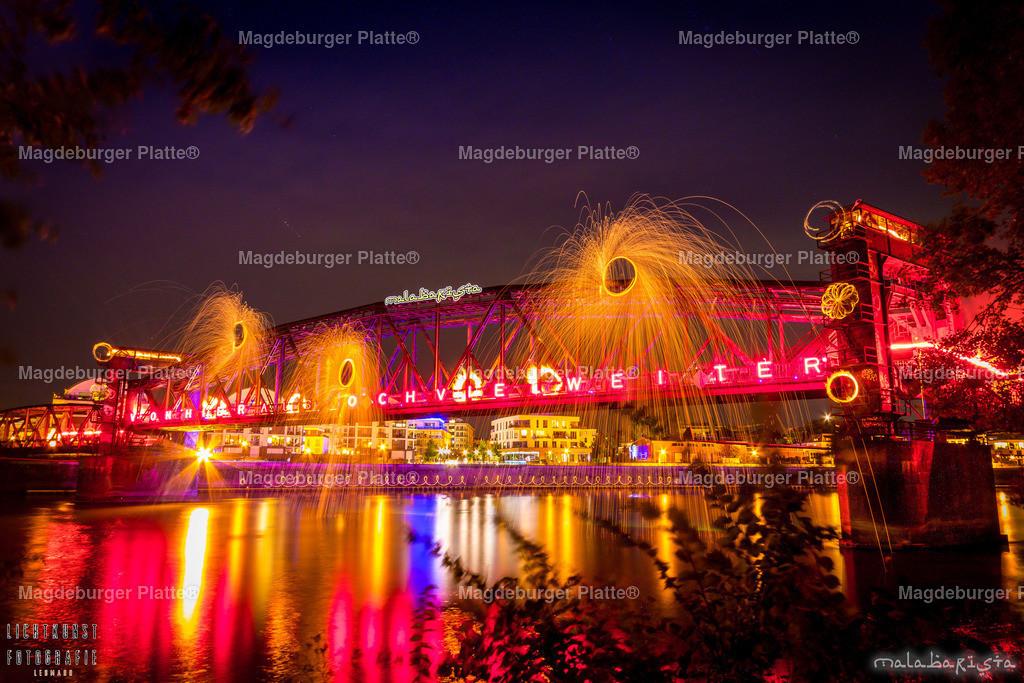 Hubbrücke in Flammen