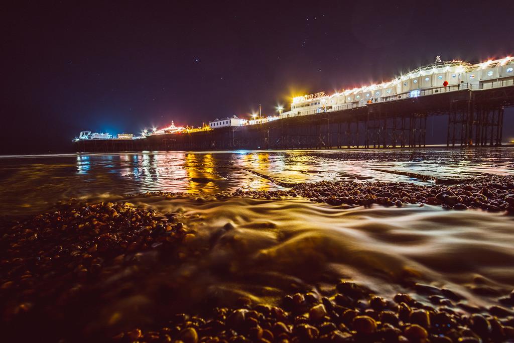 Brighton   Brighton Pier bei Nacht, Steinstrand, Brighton, England