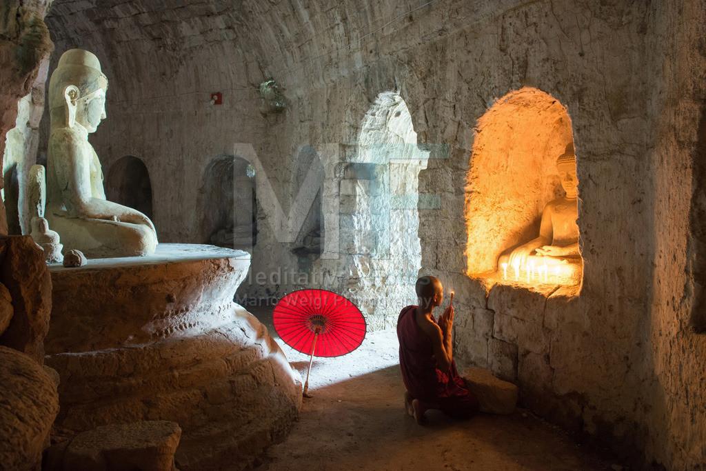 MW0117-7095   Fotoserie: DER ROTE SCHIRM   Betender Mönch in einem buddhistischen Tempel in Mrauk U