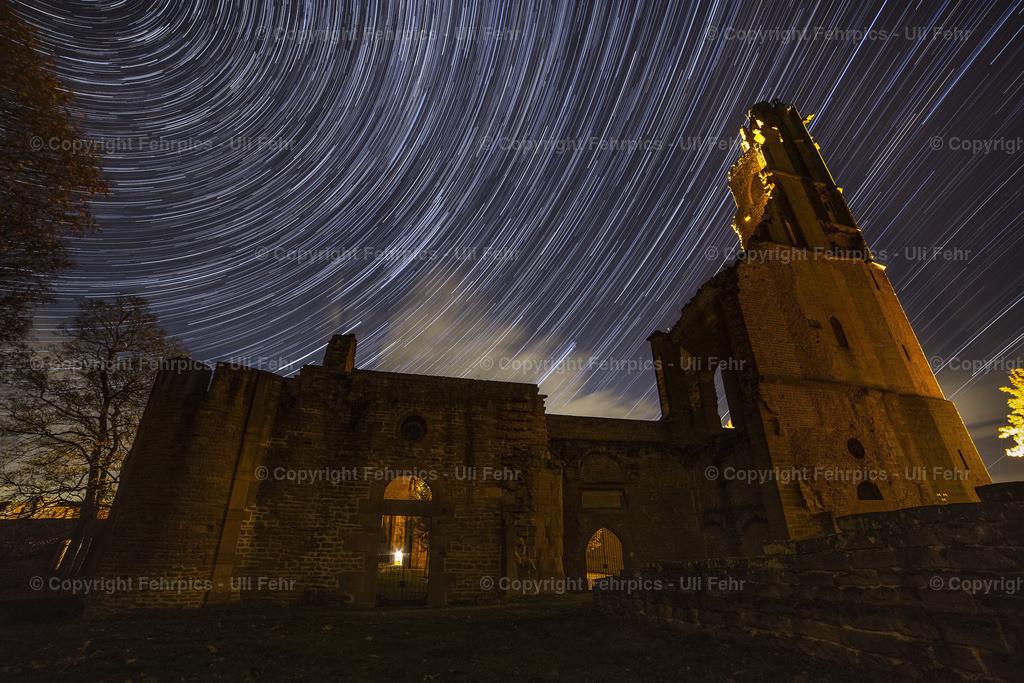 Limburg bei Nacht  | Rund eine Stunde Belichtungszeit lässt die Sterne über der Limburg zu Strichen werden