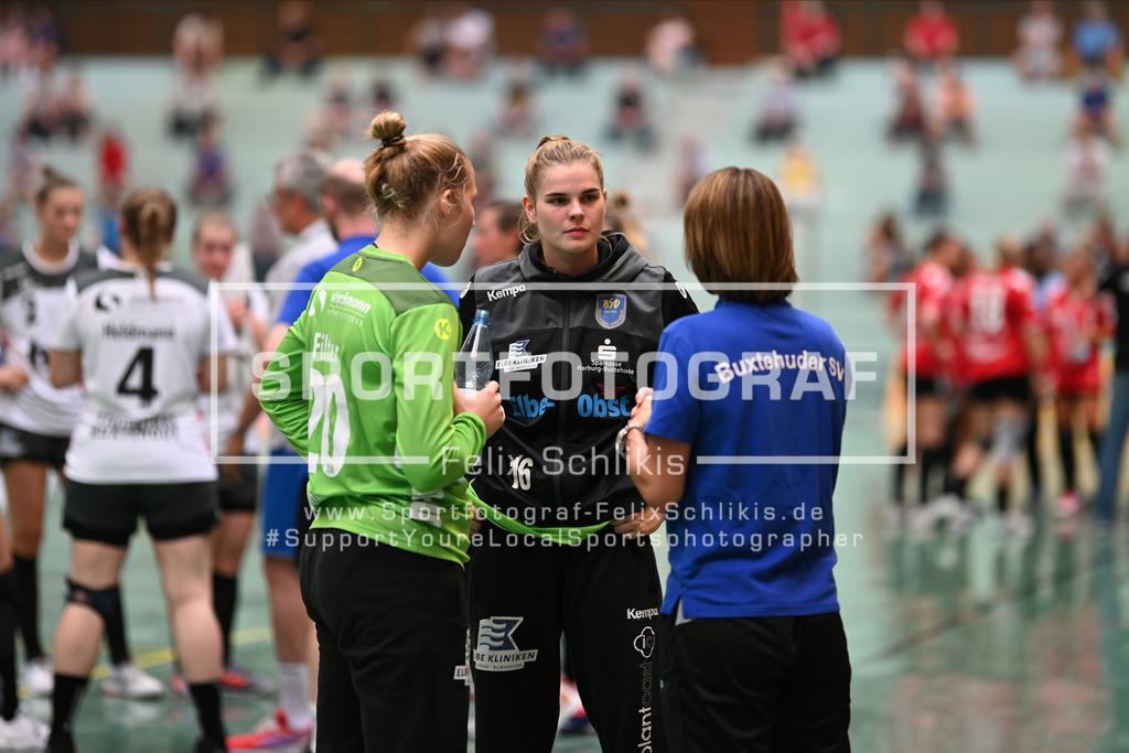FZ6_0654   Torhuetergespraech mit Lea Ruehter (#16, Buxtehuder Sportverein) (mitte); Handball I Testspiel I Buxtehuder SV - TSV Bayer 04 Leverkusen am 01.08.2020 in Buxtehude  (Halle Nord), Deutschland