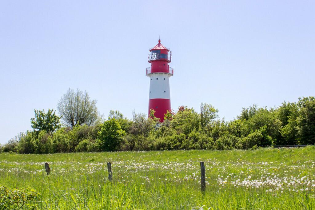 Frühling an der Ostsee   Leuchtturm in Falshöft im Frühling
