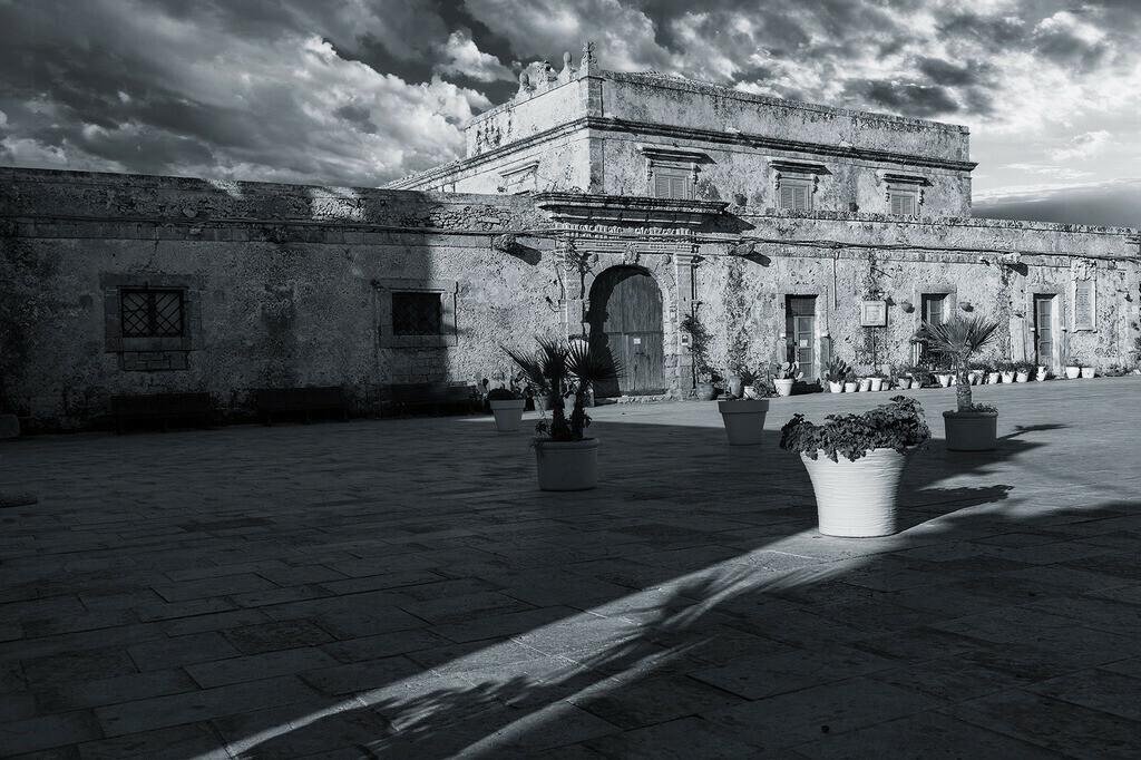 Palazzo di Villadorata | Palazzo di Villadorata an der Piazza Regina Margherita, Marzamemi, Sizilien