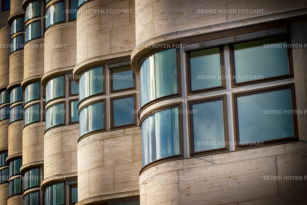 curves and windows | Foto einer modernen Hausfassade in Berlin, Deutschland / digital leicht nachbearbeitet. | Photo of a modern house facade in Berlin, Germany / digitally slightly reworked.