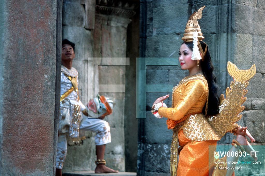 MW00633-FF   Kambodscha   Siem Reap   Reportage: Apsara-Tanz   Apsara-Tanzdarbietung in der Halle der Tänzerinnen im Tempel Preah Khan. Kambodschas wichtigstes Kulturgut ist der Apsara-Tanz. Im 12. Jahrhundert gerieten schon die Gottkönige beim Tanz der Himmelsnymphen ins Schwärmen. In zahlreichen Steinreliefs wurden die Apsara-Tänzerinnen in der Tempelanlage Angkor Wat verewigt.   ** Feindaten bitte anfragen bei Mario Weigt Photography, info@asia-stories.com **