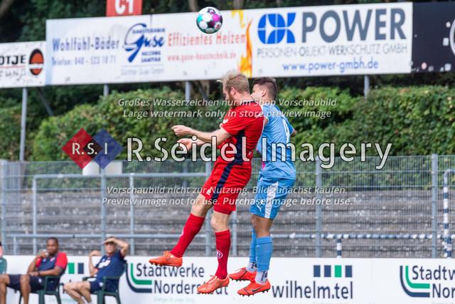 Fußball, Herren, LOTTO-Pokal Halbfinale, FC Eintracht Norderstedt - Altona 93, Edmund-Plambeck-Stadion, 16.08.2020 | Juri Marxen (#4, Norderstedt, Rechter Verteidiger), Marcel V. Lück (#9, AFC, Linksaußen)