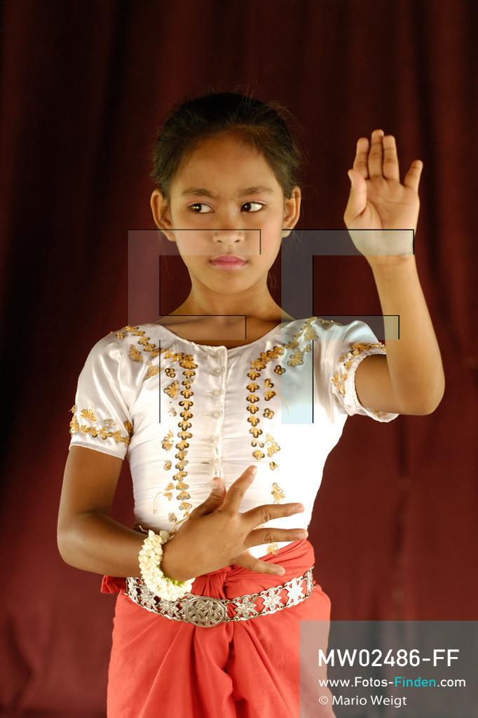 MW02486-FF | Kambodscha | Phnom Penh | Reportage: Apsara-Tanz | Tanzpose von Sivtoi, einer Tanzschülerin. Sie lernt den Apsara-Tanz. Sechs Jahre dauert es mindestens, bis der klassische Apsara-Tanz perfekt beherrscht wird. Kambodschas wichtigstes Kulturgut ist der Apsara-Tanz. Im 12. Jahrhundert gerieten schon die Gottkönige beim Tanz der Himmelsnymphen ins Schwärmen. In zahlreichen Steinreliefs wurden die Apsara-Tänzerinnen in der Tempelanlage Angkor Wat verewigt.   ** Feindaten bitte anfragen bei Mario Weigt Photography, info@asia-stories.com **