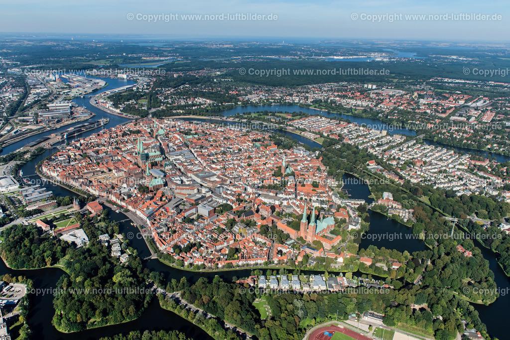 Lübeck_ELS_3752250816 | Lübeck - Aufnahmedatum: 25.08.2016, Aufnahmehöhe: 504 m, Koordinaten: N53°51.367' - E10°40.440', Bildgröße: 6624 x  4421 Pixel - Copyright 2016 by Martin Elsen, Kontakt: Tel.: +49 157 74581206, E-Mail: info@schoenes-foto.de  Schlagwörter:Schleswig-Holstein,Hansestadt,Altstadt,Fachwerk,Holstentor,Luftbild,Luftbilder,