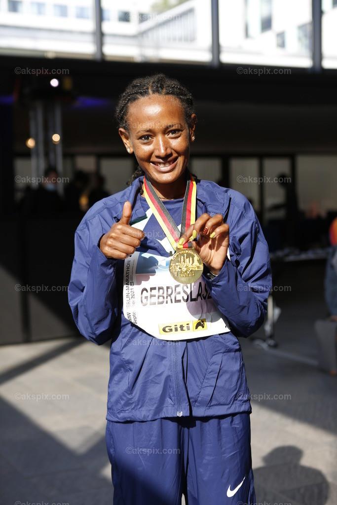 Äthioperin Gotytom Gebreslase gewinnt den Berlin-Marathon 2021 der Frauen   26.09.2021, Berlin, Deutschland. 26.09.2021, Berlin, Deutschland. Bei den Frauen gewinnt Äthioperin Gotytom Gebreslase mit 02:20:09 Strunden, den zweiten Platz gewinnt Hiwot Gebrekidan aus Äthiopien mit 2:21:23 Stunden und Helen Tola auch aus Äthiopien gewinnt den dritten Platz mit 02:23:05 Stunden. Beste deutsche Läuferin kommt auf Rang neun Rabea Schöneborn mit 2:28:49. Das Bild zeigt Gotytom Gebreslase.