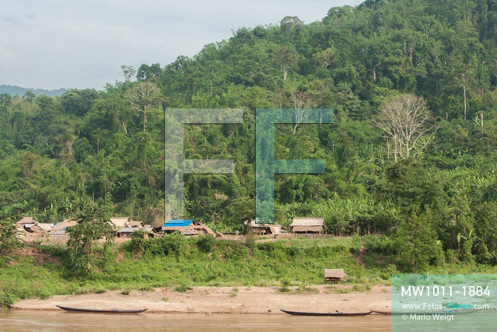MW1011-1884 | China - Thailand | Laos | Schiffsreise mit dem Cargoboot von Guan Lei nach Chiang Saen auf dem Mekong | Mitten im Dschungel eine Siedlung auf der laotischen Seite des Mekong, der hier Grenzfluss zwischen Laos und Myanmar ist.   ** Feindaten bitte anfragen bei Mario Weigt Photography, info@asia-stories.com **