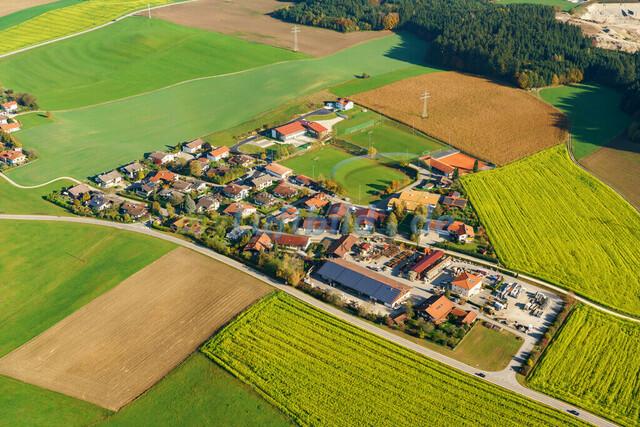 luftbild-nussdorf-chiemgau-bruno-kapeller-85 | Luftaufnahme von Nußdorf im Chiemgau, Herbst 2019. Das Dorf befindet sich ca.5 km vom Chiemsee entfernt, Landkreis Traunstein.