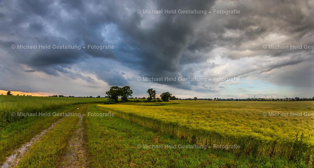 Wolkenfront | Eine Wolkenfront zieht über Getreidefelder bei Ottenhof