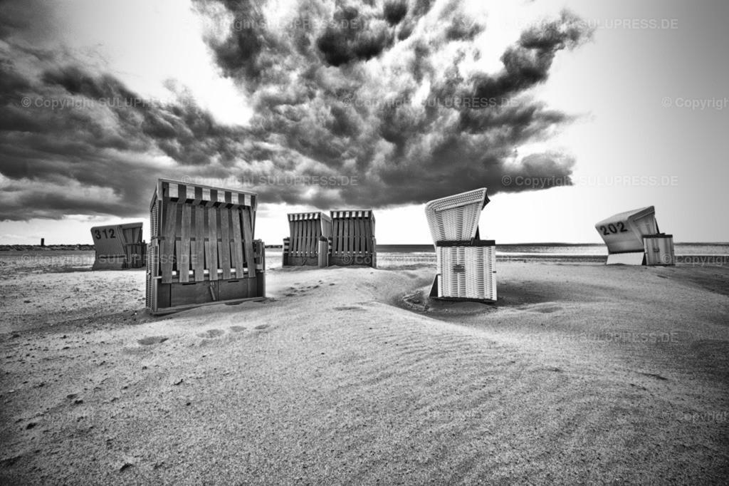 Strandkörbe in Damp | 03.05.2019, Strandkörbe an einem kalten und durchwachsenen Tag im Mai mit wolkigem Himmel am Strand im Ostseebad Damp.