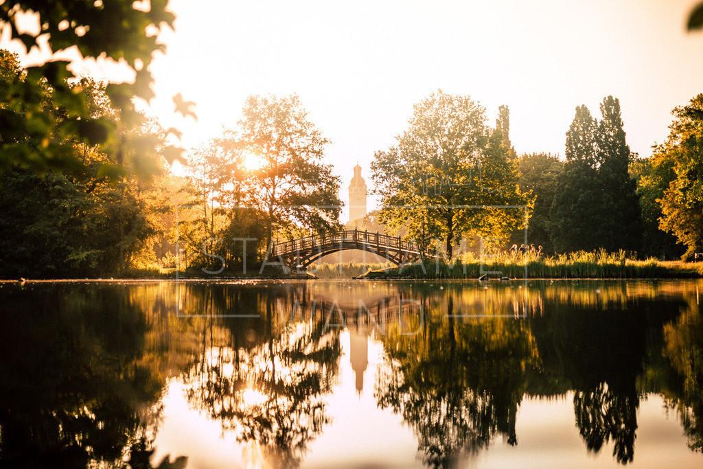 Clarapark-Spiegelbild | Der Sommer, die Stille und alles hat zwei Seiten. Leipzig Clara-Park die Brücke.