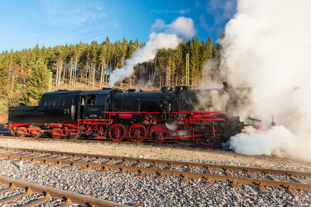 Historische Dampflokomotive   Diese Lokomotive wurde im Jahr 1944 von der Wiener Lokfabrik Florisdorf gebaut. Ihre Fabriknummer lautet 16944. Als Besonderheit muß genannt werden, daß die Lok mit einem Kabinentender ausgestattet war. Diese Kabine wurde in den fünfziger Jahren eingebaut, um den Güterzugbegleitewagen einzusparen.