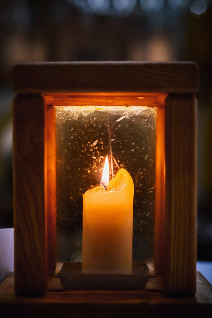 Kerze in Laterne als Licht von Bethlehem, Friedenslicht