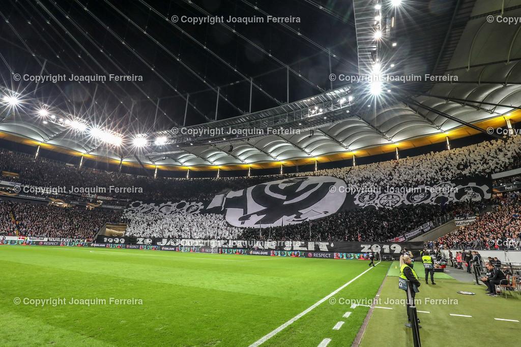 191024_sgevslie_0294 | 24.10.2019 Gruppenspiel Gruppe F UEFA Europa League Saison 2019/20 Eintracht Frankfurt - Standard Liege  emspor, emonline, despor, v.l., Chores,Eintracht Frankfurt Fans, Stimmung, Schals, Trikots, Emotionen  Foto: Joaquim Ferreira (DFL/DFB REGULATIONS PROHIBIT ANY USE OF PHOTOGRAPHS as IMAGE SEQUENCES and/or QUASI-VIDEO)