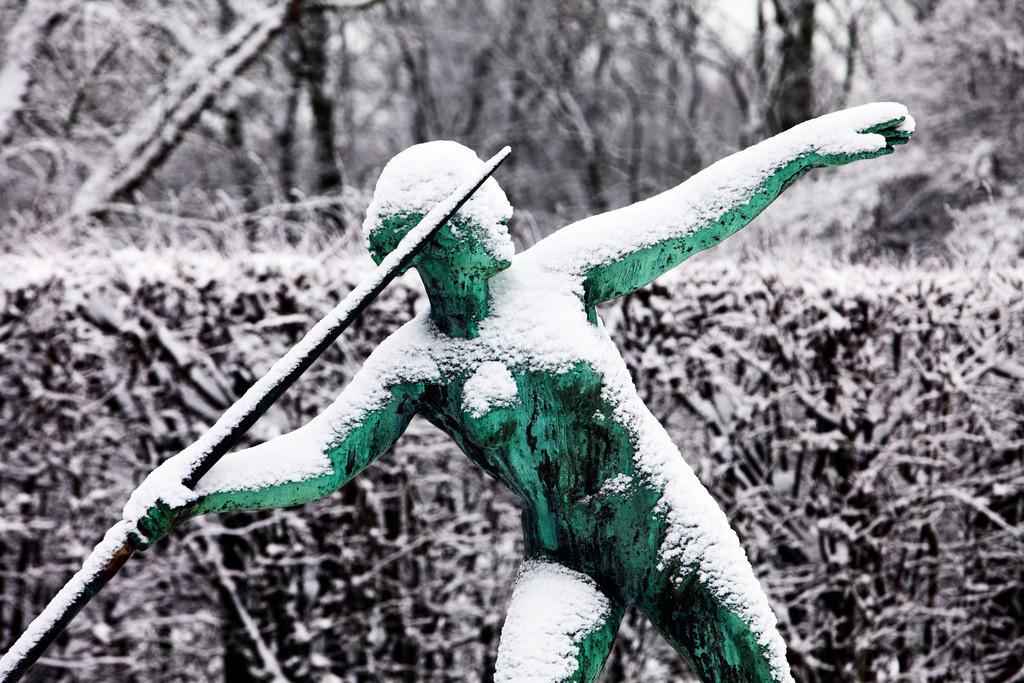 Winter | Verschneite Skulptur im winterlichen Gruga Park in Essen. Kunstwerk Speerwerferin von Ernst Seger. Essen, NRW, Deutschland, Europa.