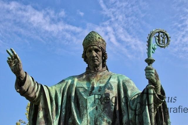 Bischof Bernward | Bischof Bernward segnet den Dom