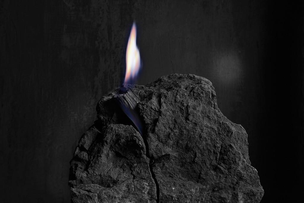 Braunkohle mit Flamme | Flamme auf einem Stück fossiler Braunkohle