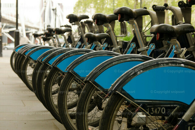 Fahrradverleih | In Reihe geparkten Fahrräder eines Verleihanbieters.