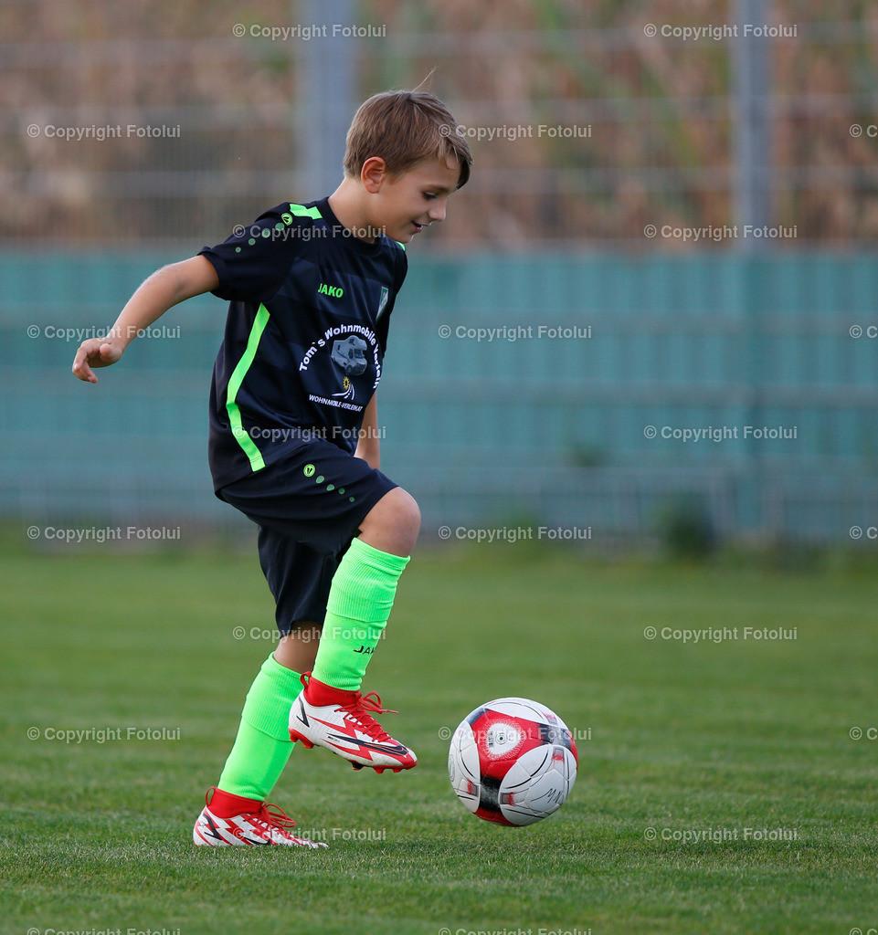 A_LUI27092021_02 | SPORT,FUSSBALL, FC WELS_SC HOERSCHING U 9 27.09.2021 IM BILD: SCHWARZ (HOERSCHING) UND ROT (FC WELS )FOTO:FOTOLUI