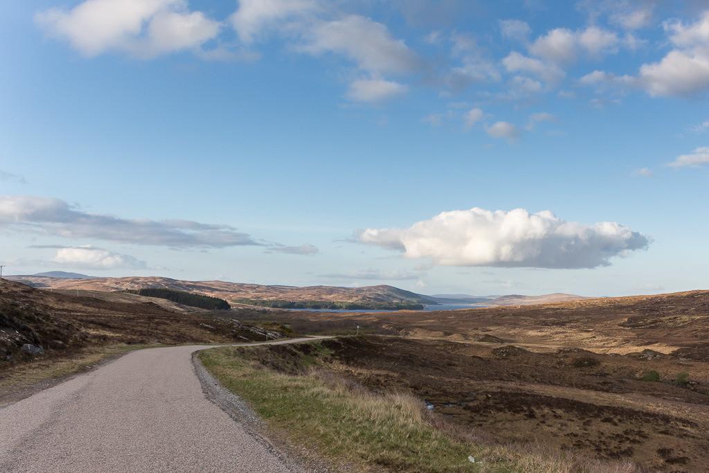 Straße an der schottischen Küste