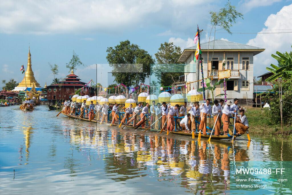 MW09488-FF | Myanmar | Nyaung Shwe | Reportage: Phaung Daw U Fest | Während der großen Bootsprozession ziehen die berühmten Einbeinruderer die königliche Barke Shwe Hintha mit den vier goldenen Buddha-Statuen von Dorf zu Dorf auf dem Inle-See.  ** Feindaten bitte anfragen bei Mario Weigt Photography, info@asia-stories.com **