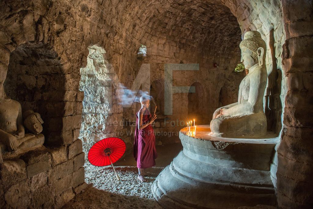 MW0117-7054 | Fotoserie DER ROTE SCHIRM | Betender Mönch in einem buddhistischen Tempel in Mrauk U