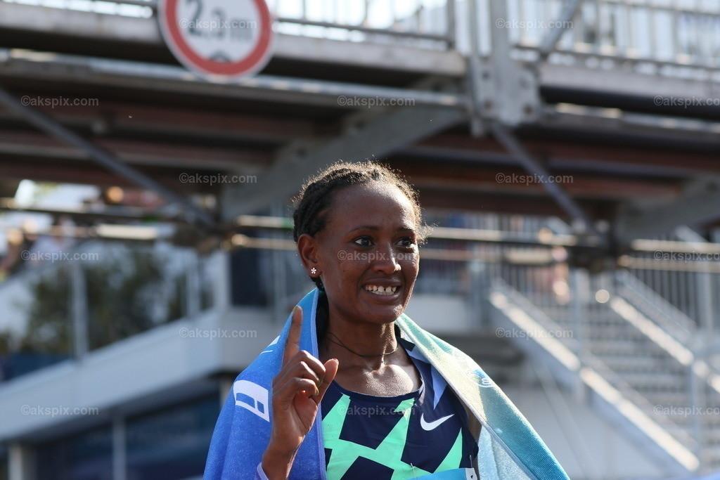 Äthioperin Gotytom Gebreslase gewinnt den Berlin-Marathon 2021 der Frauen | 26.09.2021, Berlin, Deutschland. 26.09.2021, Berlin, Deutschland. Bei den Frauen gewinnt Äthioperin Gotytom Gebreslase mit 02:20:09 Strunden, den zweiten Platz gewinnt Hiwot Gebrekidan aus Äthiopien mit 2:21:23 Stunden und Helen Tola auch aus Äthiopien gewinnt den dritten Platz mit 02:23:05 Stunden. Beste deutsche Läuferin kommt auf Rang neun Rabea Schöneborn mit 2:28:49. Das Bild zeigt Gotytom Gebreslase.