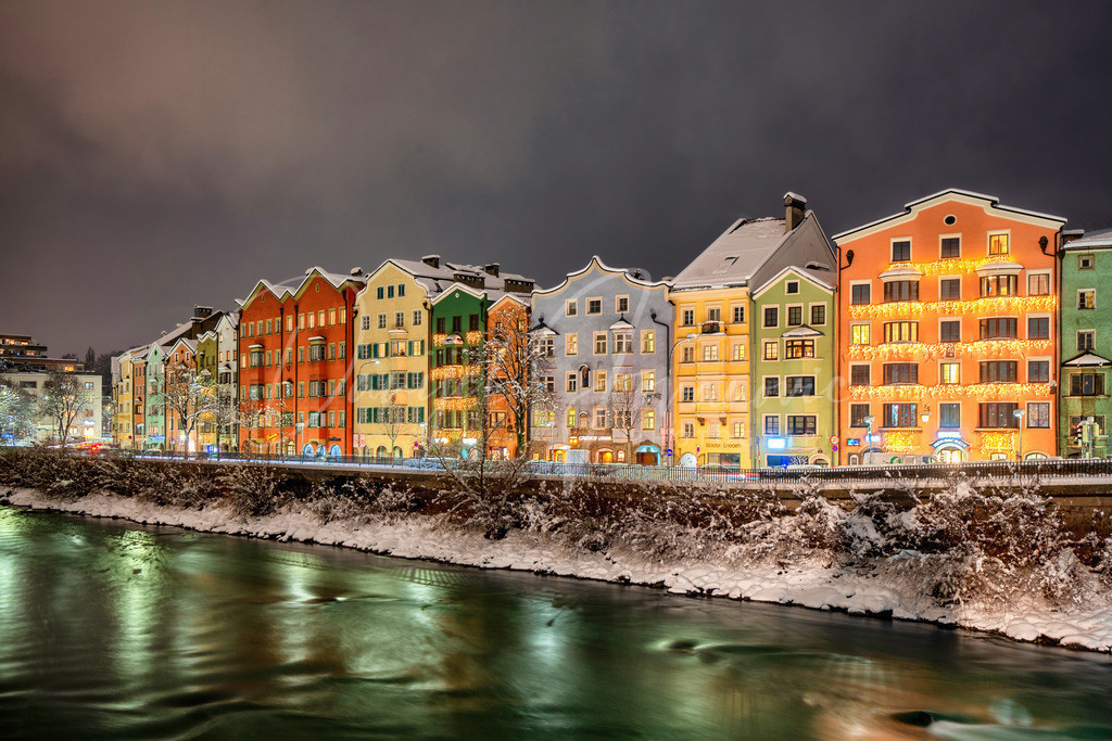 Mariahilf im Winter | Die berühmte bunte Häuserzeile am Inn im Winterkleid