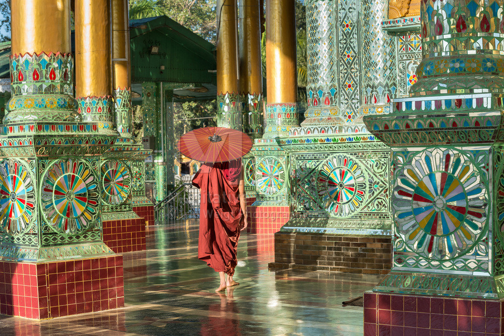 MW0119-5313 | Fotoserie DER ROTE SCHIRM | Mönch in einem buddhistischen Tempel