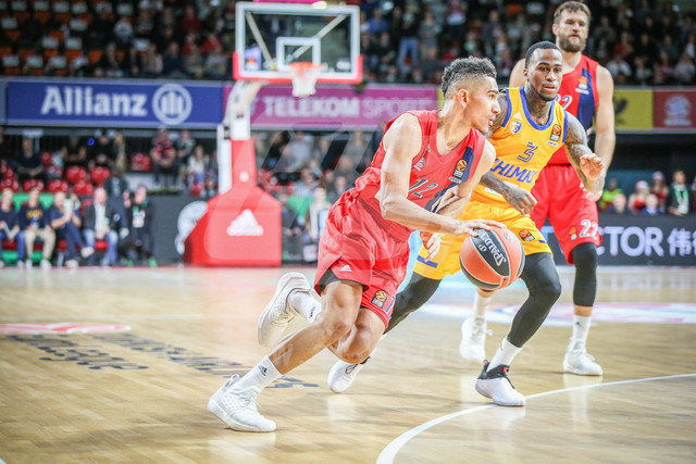 FC Bayern Basketball vs. Khimki Moskau Region, Basketball, Euroleague, 06.12.2018 | l-r: Im Zweikampf/Aktion mit Marod Lo #12 (FC Bayern Basketball) Dee Bost #3 (Khimki Moskau), FC Bayern Basketball vs. Khimki Moskau Region, Basketball, Euroleague, 06.12.2018