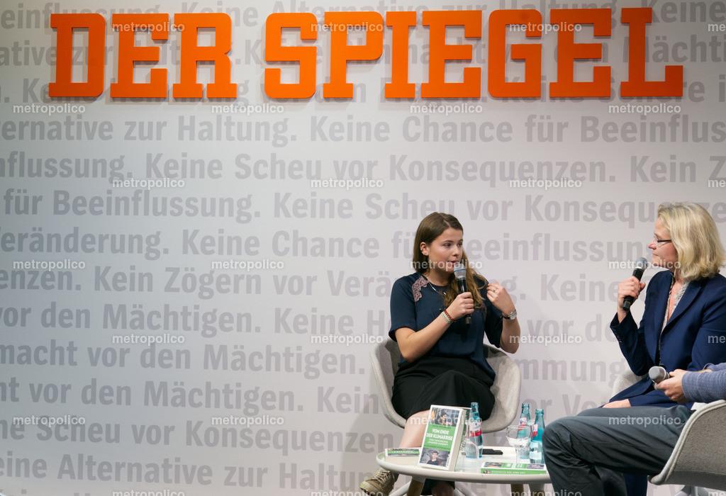 Luisa Neubauer im Gespräch mit SPIEGEL-Redakteurin Annete Bruhns auf der Frankfurter Buchmesse