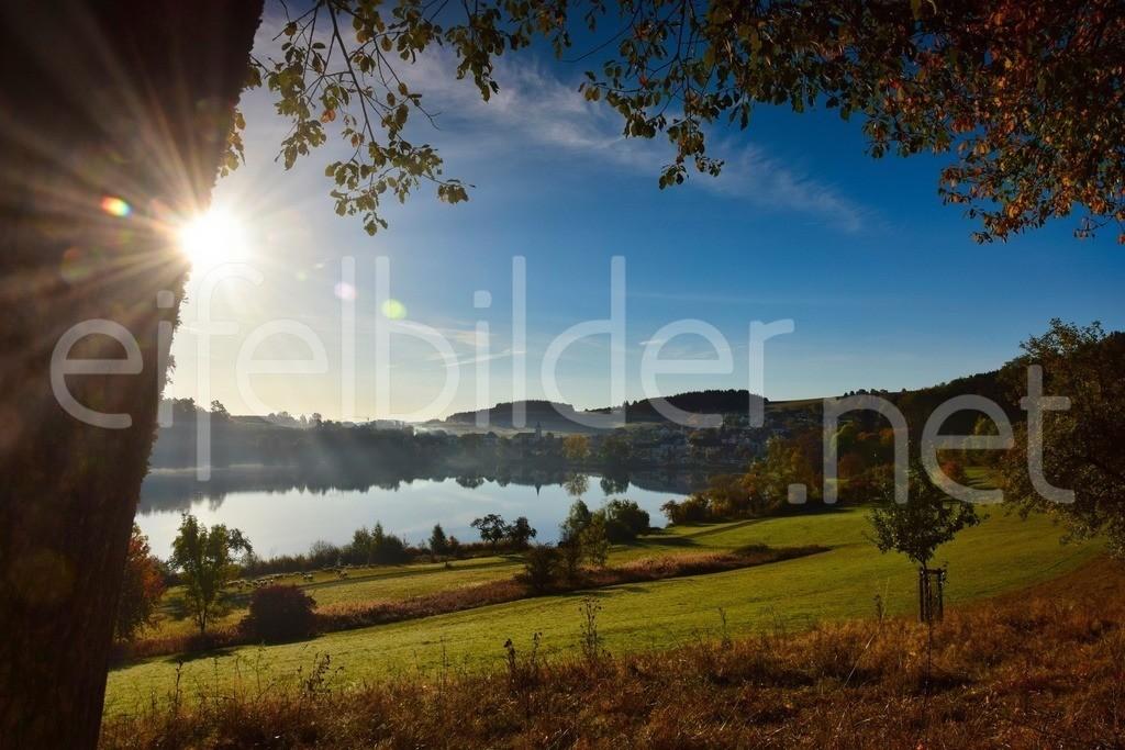 Morgensonne am Schalkenmehrener Maar | Daun Schalkenmehren, Eifel (Vulkaneifel) . ein Hauch von Morgennebel über dem Schalkenmehrener Maar und strahlender Sonnenschein, der das bunte Herbstlaub leuchten lässt