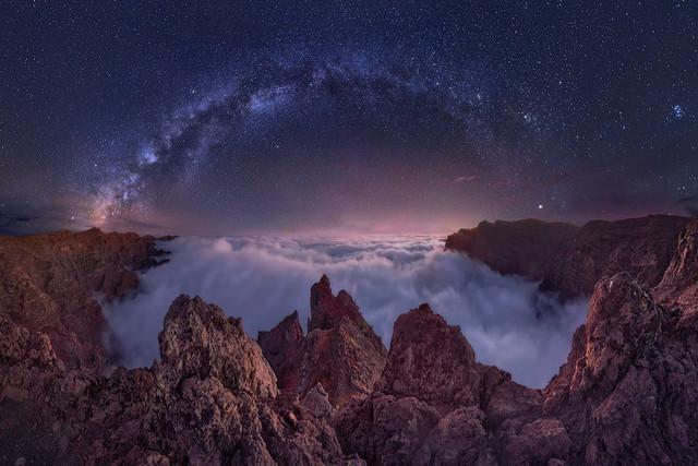 Wolkenmeer | Wenn Wolken den Blick auf die Sterne verhindern. Dann ... ja, dann begibt man sich einfach über sie. Auf dem Roque de los Muchachos, La Palmas höchsten Berg mit 2.426 m, ist das fast jeden Tag möglich. Nicht umsonst steht hier die Europäische Sternwarte.