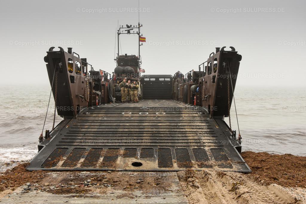 LCU Mk 10 L9732   11.06.2019, seit Montag dem 10. Juni übt die Britische Royal Navy im Rahmen des Manövers BALTOPS 2019 Amphibische Kriegsführung mit den Landungsbooten der HMS Albion in der nördlichen Eckernförder Bucht in der Nähe des Campingplatzes Gut Ludwigsburg bei Langholz. Teepause auf der LCU Mk 10 L9732 mit offener Rampe am Bug.